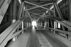 Ponte coperto in bianco e nero fotografia stock libera da diritti