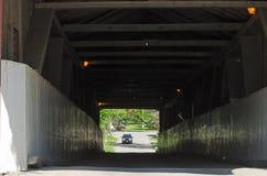 Ponte coperto - cariage del cavallo e dell'automobile Immagine Stock