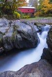 Ponte coperto del Vermont nella caduta fotografia stock