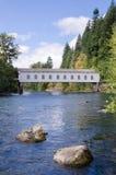 Ponte coperto dell'Oregon nella caduta in anticipo Fotografie Stock