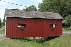 Ponte coperto di legno al villaggio di Amish Fotografie Stock Libere da Diritti
