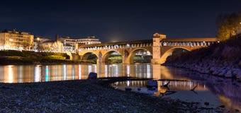 Ponte Coperto en Pavía en Lombardía, Italia Tiro de la noche Foto de archivo