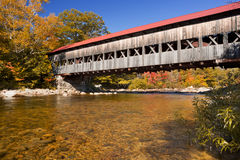 Ponte coperto, fiume e fogliame di caduta, fiume rapido, NH, U.S.A. fotografia stock libera da diritti