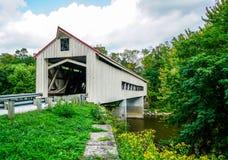 Ponte coperto sopra il grande fiume fotografia stock