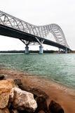 Ponte d'acciaio dell'arco della capriata nel crepuscolo Fotografie Stock Libere da Diritti