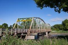 Ponte d'acciaio sopra il fiume nella regolazione rurale Fotografia Stock Libera da Diritti