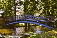 Ponte d'acciaio sopra un'insenatura Fotografia Stock