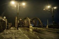 Ponte d'annata industriale drammatico della strada del fiume alla notte immagine stock libera da diritti