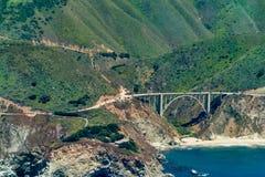 Ponte da angra de Bixby na estrada 1 em Califórnia fotos de stock royalty free