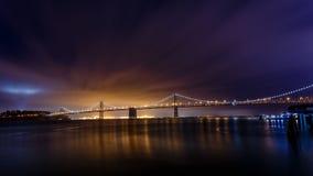 Ponte da baía de San Francisco-Oakland na noite imagem de stock