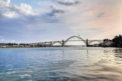 A ponte da baía de Yaquina, Oregon imagens de stock