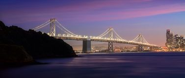 Ponte da baía no crepúsculo imagem de stock