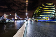 Ponte da câmara municipal e da torre no panorama capital britânico a de Londres Foto de Stock