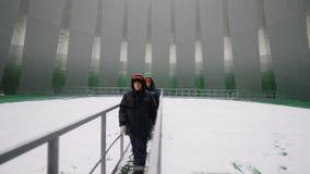 Ponte da caminhada 0n dos trabalhadores acima da associação dentro da torre video estoque