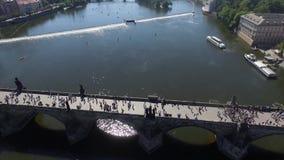 Ponte da cidade de Praga sobre a opinião aérea do rio filme