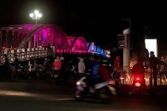 Ponte da cidade na noite com colorido colorido a cidade de Vietname da matiz Truong Tien Brigde Foto de Stock Royalty Free