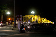 Ponte da cidade na noite com colorido colorido a cidade de Vietname da matiz Truong Tien Brigde Imagem de Stock