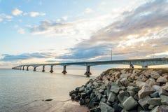 Ponte da confederação que liga o príncipe Edward Island com o continente Imagens de Stock