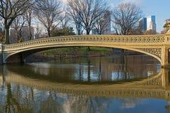 A ponte da curva com reflexão no nascer do sol no Central Park, New York City Imagem de Stock