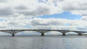 A ponte da estrada através do Rio Volga entre as cidades de Saratov e Engels Lapso de tempo do cenário do rio filme