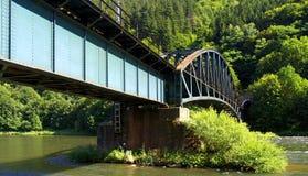 Ponte da estrada de ferro sobre a água Foto de Stock Royalty Free