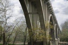 Ponte da estrada em uma manhã enevoada fotografia de stock