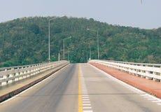 Ponte da estrada sobre o fundo montanhoso do mar imagens de stock royalty free