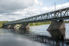 Ponte da estrada sobre o rio em Rovaniemi, Finlandia Imagem de Stock