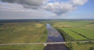 Ponte da estrada sobre o rio Paisagem aérea video estoque