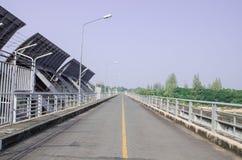 Ponte da estrada sobre a represa fotos de stock