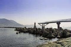 A ponte da estrutura no lugar do mar com o céu azul da paisagem fotografia de stock