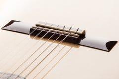 Ponte da guitarra na superfície envernizada de uma guitarra clássica Fotos de Stock