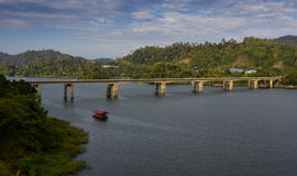 Ponte da ilha da borda sobre o lago Temenggor Imagens de Stock Royalty Free