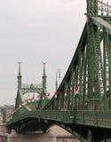 Ponte da liberdade com bandeiras húngaras Fotografia de Stock