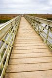 Ponte da madeira e do metal que cruza a lagoa do rodeio para a praia do rodeio, promontório, área de recreação do Golden Gate, Ma imagens de stock royalty free