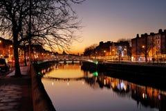 Ponte da moeda de um centavo do ` do Ha e os bancos nortes do rio Liffey em Dublin City Centre na noite Fotos de Stock Royalty Free
