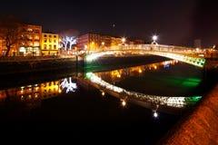 Ponte da moeda de um centavo do ` do Ha e os bancos nortes do rio Liffey em Dublin City Centre na noite Fotografia de Stock Royalty Free