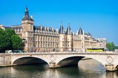 Ponte da mudança do au de Pont e castelo Conciergerie, Paris, França Fotografia de Stock Royalty Free