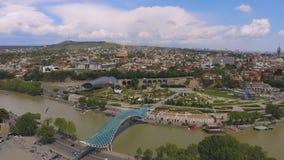 Ponte da parte em Tbilisi, construção futurista na cidade moderna, vista aérea vídeos de arquivo
