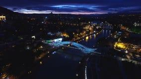 Ponte da paz em Tbilisi, capturada da vista aérea, brilho do raio do diodo emissor de luz video estoque