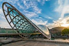 Ponte da paz na luz do por do sol, Tbilisi, Geórgia imagem de stock