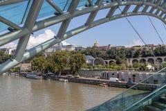 A ponte da paz sobre o Rio Kura em Tbilisi imagens de stock royalty free