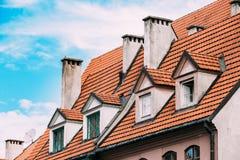 A ponte da saia Telhado de telha da mansarda com quatro Gable Fronted Dormer Windows On a construção velha sob o céu azul imagem de stock royalty free