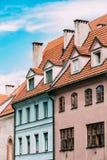 A ponte da saia Telhado de telha da mansarda com quatro Gable Fronted Dormer Windows On a construção velha sob o céu azul fotos de stock royalty free