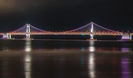 Ponte da skyline, do GwangAn e Haeundae na noite em Busan, Coreia imagens de stock