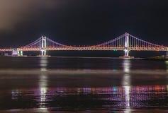 Ponte da skyline, do GwangAn e Haeundae na noite em Busan, Coreia imagem de stock