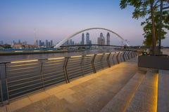 Ponte da tolerância na noite na cidade de Dubai fotos de stock royalty free