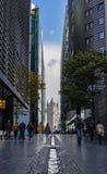 A ponte da torre através dos arranha-céus modernos da cidade Imagem de Stock Royalty Free