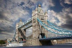 Ponte da torre com barco da cidade, Londres, Reino Unido Fotos de Stock Royalty Free