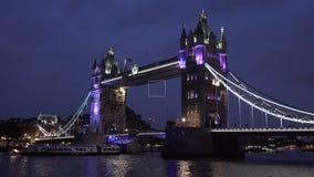 Ponte da torre de Londres, crepúsculo, por do sol, navios, cruzeiro dos barcos em Thames River 4K vídeos de arquivo